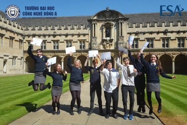 Sinh viên đại học Oxford vui vẻ nhận bằng tốt nghiệp
