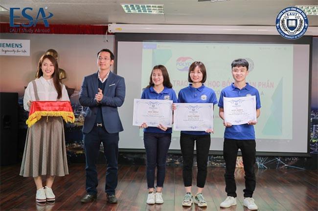 Hiệu trưởng đại học Công nghệ Đông Á trao học bổng